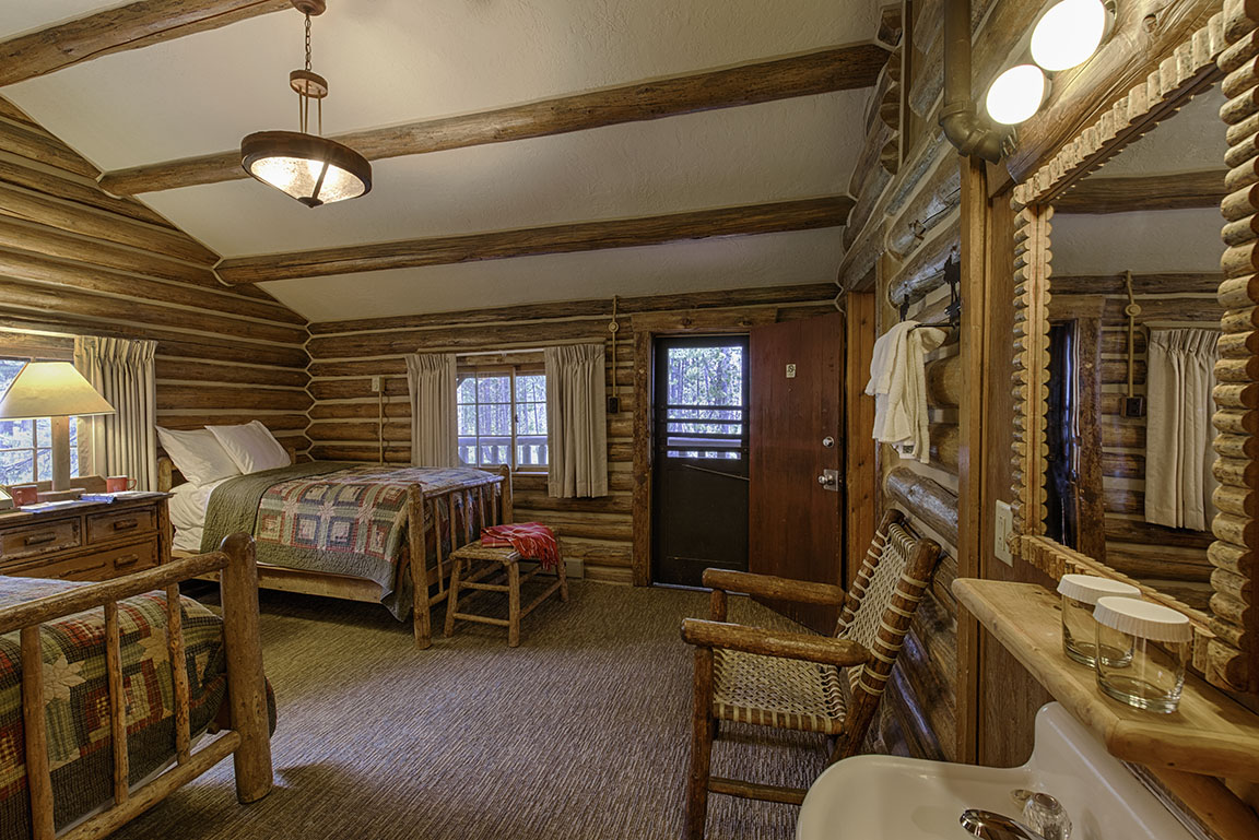Two Room Rustic Log Cabins - Signal Mountain Lodge